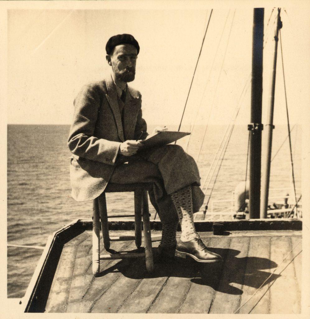 M.C. Escher tijdens zijn Middellandse-Zee-reis in 1936 op het dek van de Paganini.