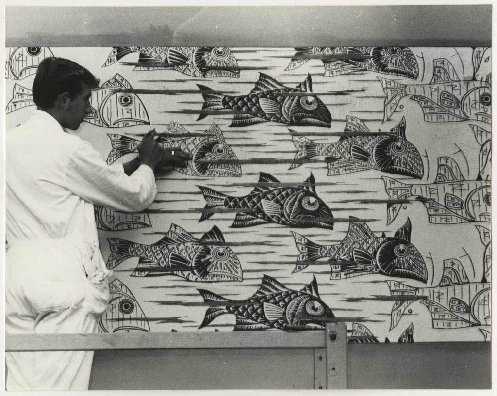 Huug Vooys werkt aan de geschilderde Metamorphose III. Foto: Hans de Bakker, collectie Haags Gemeentearchief