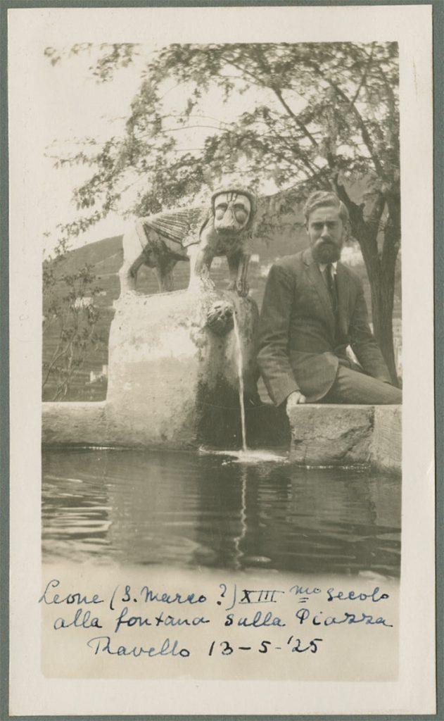 Bij de fontein van de Piazza, 13 mei 1925 (uit fotoalbum Maurits en Jetta)