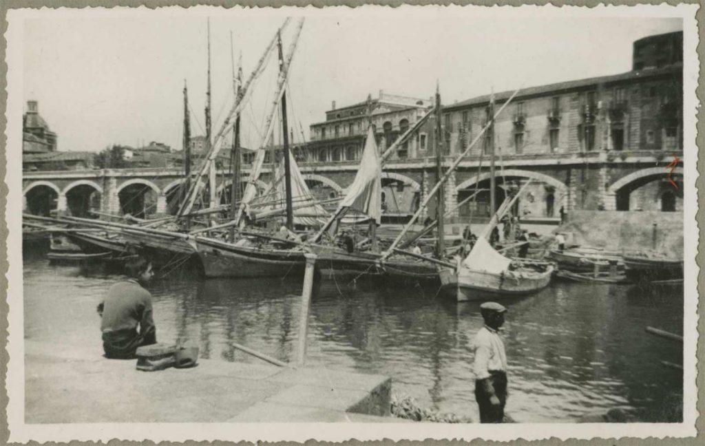 Catania, 3 of 4 mei 1936. Foto van M.C. Escher uit het fotoalbum van zijn zeereis in 1936
