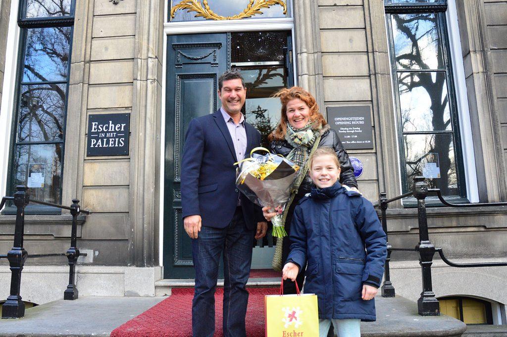 Ester & Fiene Koot (moeder & dochter), uit Amsterdam. Bezoekers 150.000 en 150.001, met General Manager Marcel Westerdiep.