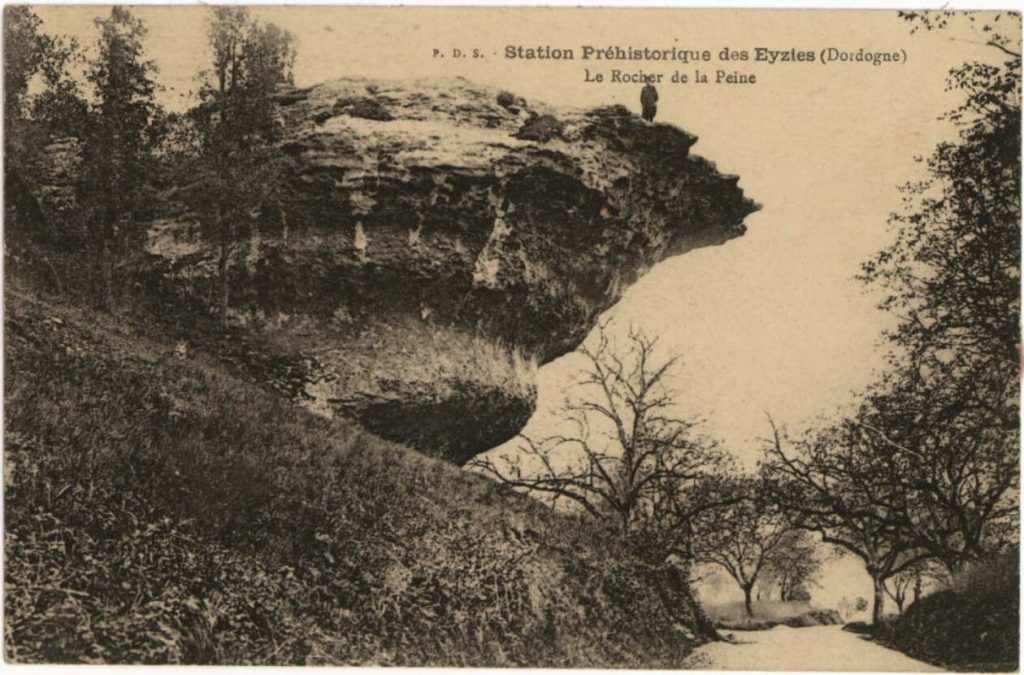 Een 19e eeuwse briefkaart met Le Rocher de la Peine, de paddestoelvormige rotsformatie bij Les Eyzies.