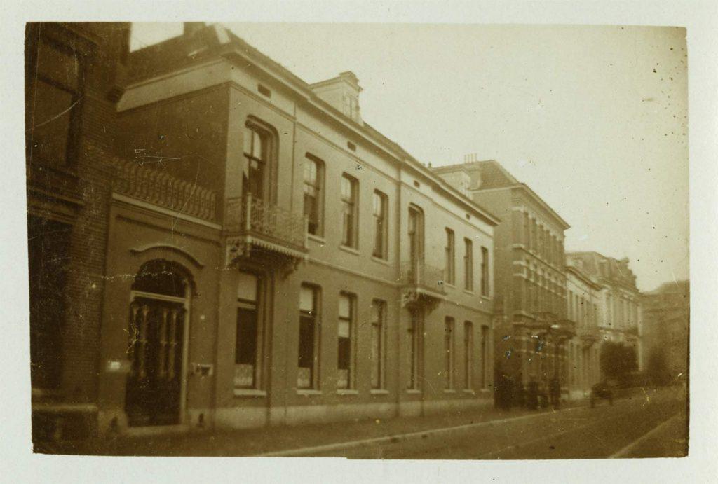 Het woonhuis van het gezin Escher aan de Utrechtsestraat in Arnhem. Foto uit Eschers eigen archief