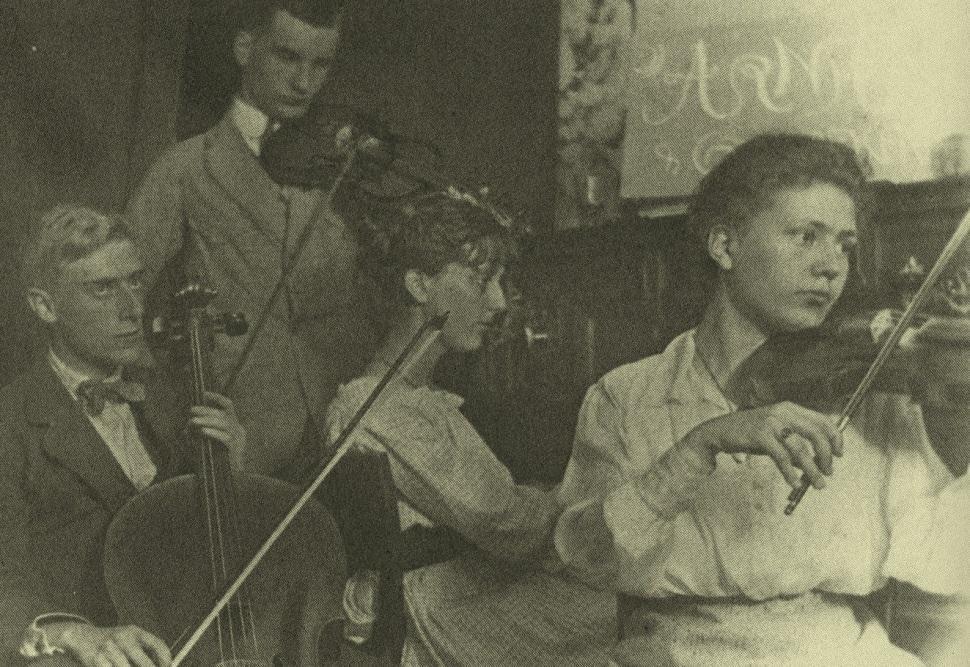 Escher (à gauche) avec son quatuor à cordes, accompagné des musiciens Conny Umbgrove, Roosje Ingen Housz et Bas Kist